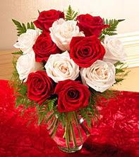 Tekirdağ anneler günü çiçek yolla  5 adet kirmizi 5 adet beyaz gül cam vazoda