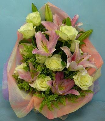 11 adet gül ve 2 adet kazablanka buketi  Tekirdağ internetten çiçek siparişi