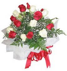 Tekirdağ hediye çiçek yolla  12 adet kirmizi ve beyaz güller buket
