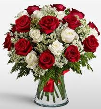 Vazoda 12 kırmızı 12 beyaz gül tanzimi  Tekirdağ anneler günü çiçek yolla