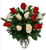 Vazo içerisinde 6 kırmızı 6 beyaz gül  Tekirdağ çiçek siparişi sitesi