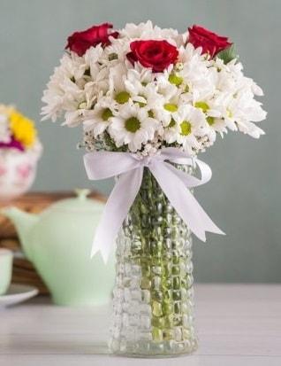 Papatya Ve Güllerin Uyumu camda  Tekirdağ çiçek gönderme